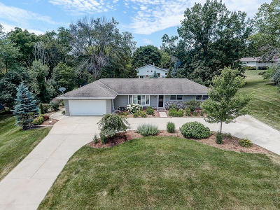 Waukesha Single Family Home For Sale: 1175 Rolling Green Dr