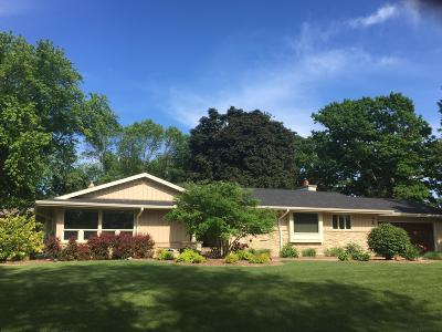 Milwaukee County Single Family Home For Sale: 2059 W Fairlane Ave