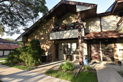 Waukesha County Condo/Townhouse For Sale: 1662 S Coachlight Dr