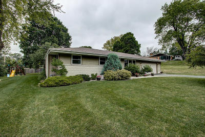 Waukesha Single Family Home Active Contingent With Offer: 985 Dona Vista Dr