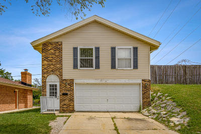 Cudahy WI Single Family Home Active Contingent With Offer: $164,900