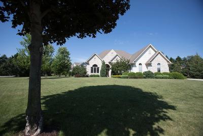 Pewaukee Single Family Home For Sale: 1063 Oak Cir