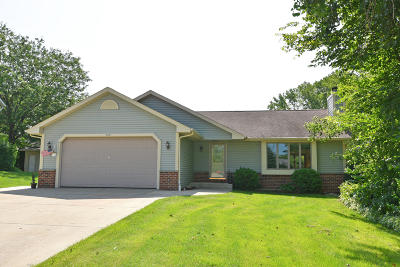 Slinger Single Family Home For Sale: 508 Nordic Ln