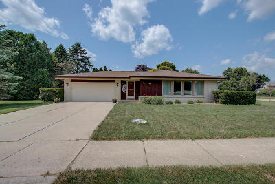 Grafton Single Family Home Active Contingent With Offer: 142 W Lilac Ln