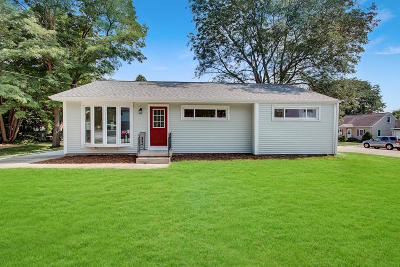 West Bend Single Family Home Active Contingent With Offer: 206 Roosevelt Dr