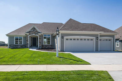 Waukesha Single Family Home For Sale: 1417 White Deer Trl