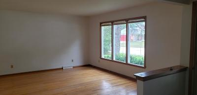Oconomowoc Single Family Home Active Contingent With Offer: 1221 Newport Dr