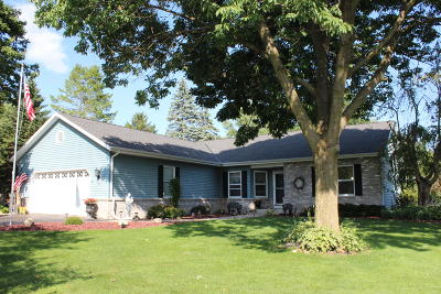 Delafield Single Family Home For Sale: 1642 Hillcrest Dr