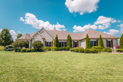 Ozaukee County Single Family Home Active Contingent With Offer: 842 Tallgrass Dr