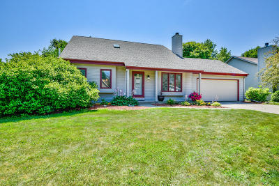 Sussex Single Family Home For Sale: N60w23965 Butternut Ln
