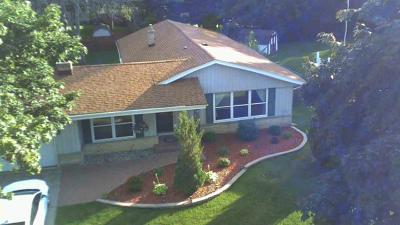 Waukesha Single Family Home For Sale: 1524 David Ln