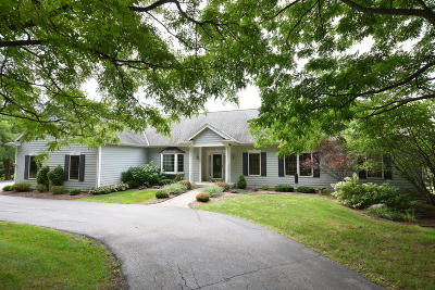 Ozaukee County Single Family Home Active Contingent With Offer: 3131 W Pioneer Rd