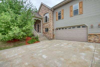 Slinger Condo/Townhouse For Sale: 1340 Oak Tree Ct