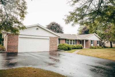 Brookfield Single Family Home For Sale: 21495 Woodchuck Ln