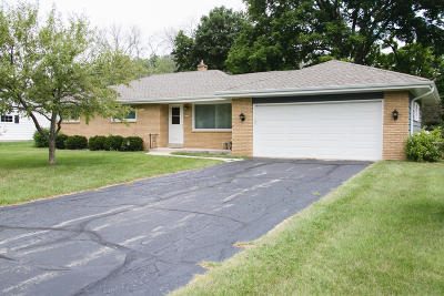 Racine Single Family Home For Sale: 5320 Twin Elms Dr