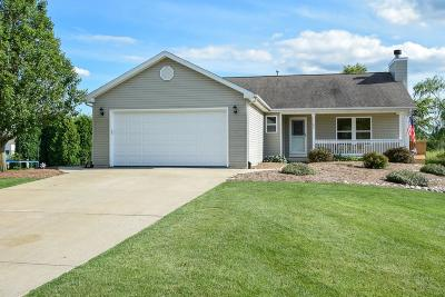 Walworth County Single Family Home For Sale: 1157 Bluestem Ct.