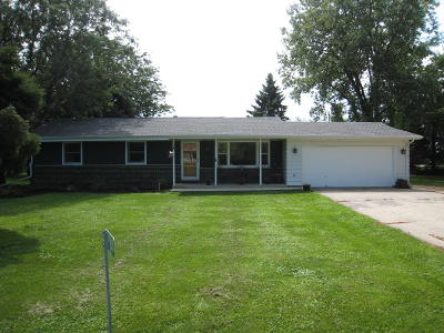 Elkhorn WI Single Family Home Active Contingent With Offer: $179,900