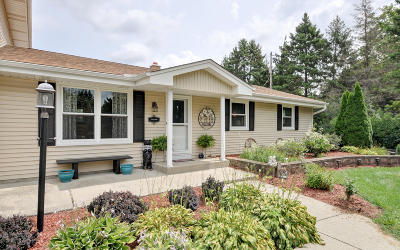 Mukwonago Single Family Home Active Contingent With Offer: S76w33036 Horseshoe Dr