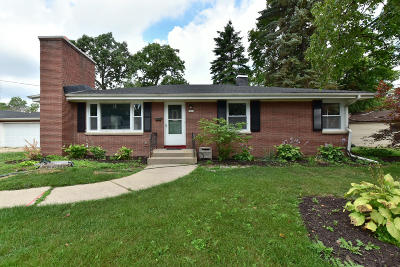 Milwaukee WI Single Family Home For Sale: $209,900