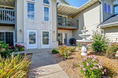 Pewaukee Condo/Townhouse Active Contingent With Offer: W240n2510 E Parkway Meadow #2