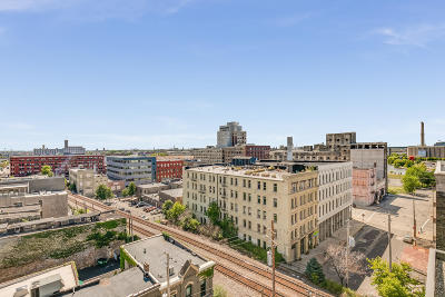 Milwaukee WI Condo/Townhouse Active Contingent With Offer: $399,000