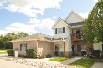 New Berlin Condo/Townhouse Active Contingent With Offer: 14937 W Arrowhead Ln
