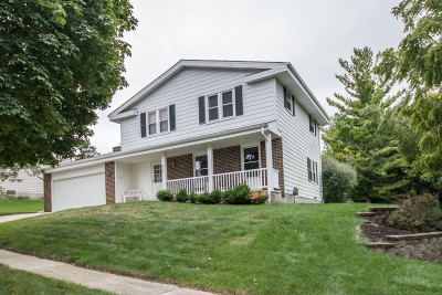 Waukesha Single Family Home Active Contingent With Offer: 2726 Newcastle Ct