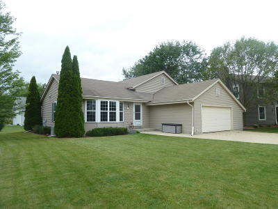 Pewaukee Single Family Home For Sale: 601 Woodberry Ct