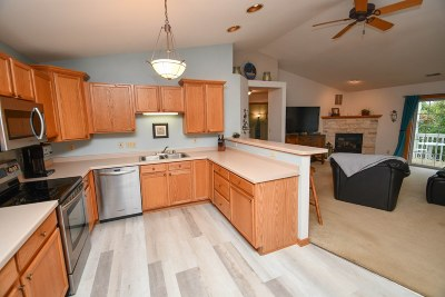 Pewaukee Condo/Townhouse For Sale: W241n2533 E Parkway Meadow Cir #5