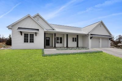 West Bend Single Family Home For Sale: 477 Western Ct