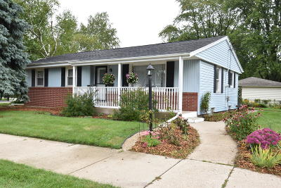 Racine Single Family Home For Sale: 5215 Lilac Ln