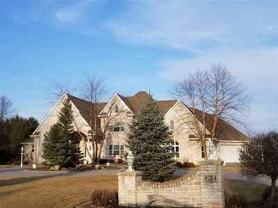 Neenah Single Family Home For Sale: 8214 Golf Course