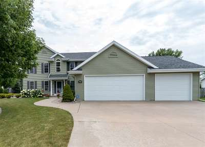 Menasha Single Family Home For Sale: 2411 Red Fescue