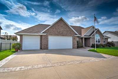 Neenah Single Family Home For Sale: 1324 Whispering Pines