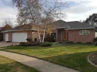 Neenah Single Family Home For Sale: 667 Yorkshire