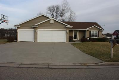 Neenah Single Family Home For Sale: 1598 Lone Oak