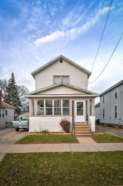 Oshkosh Single Family Home For Sale: 636 School