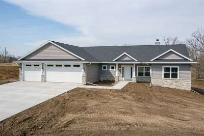 Oshkosh Single Family Home For Sale: 2051 Bell Heights