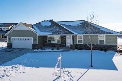 Menasha Single Family Home Active-Offer No Bump: 931 Lotus