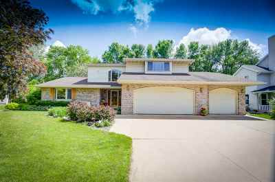Neenah Single Family Home For Sale: 1365 Fox Burrow