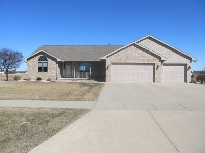 Kaukauna Single Family Home Active-Offer No Bump: 2400 Fairway