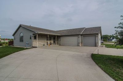 Kaukauna Single Family Home Active-No Offer: 2701 Meadowview