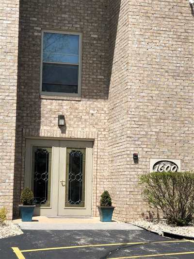 Green Bay Condo/Townhouse Active-No Offer: 1600 Rustic Oaks #1