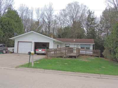 Gillett Single Family Home Active-No Offer: 318 Robin Hood