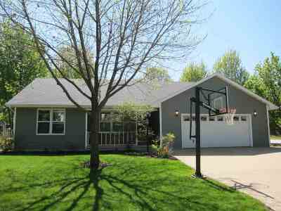 Kaukauna Single Family Home Active-No Offer: 1 Woodhaven
