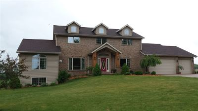 De Pere Single Family Home Active-No Offer: 2170 Hawthorne Heights