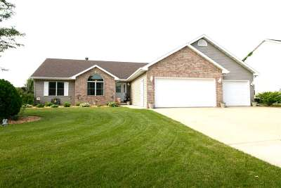 Neenah Single Family Home Active-No Offer: 1308 Whispering Pines