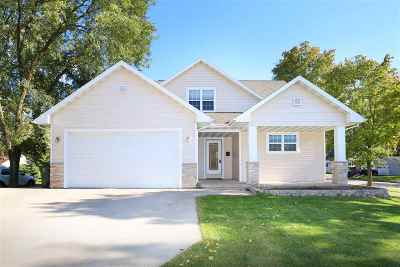 De Pere Single Family Home Active-No Offer: 1321 Lost Dauphin
