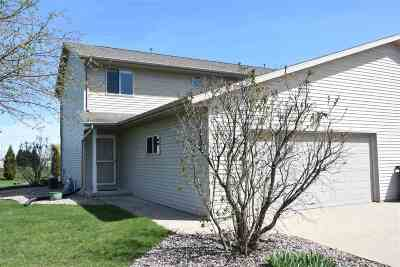 Little Suamico Single Family Home Active-No Offer: 916 Riverview