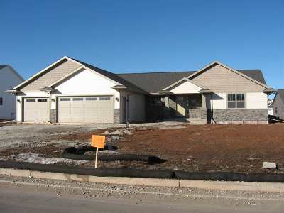 De Pere Single Family Home Active-No Offer: 1128 Applewood